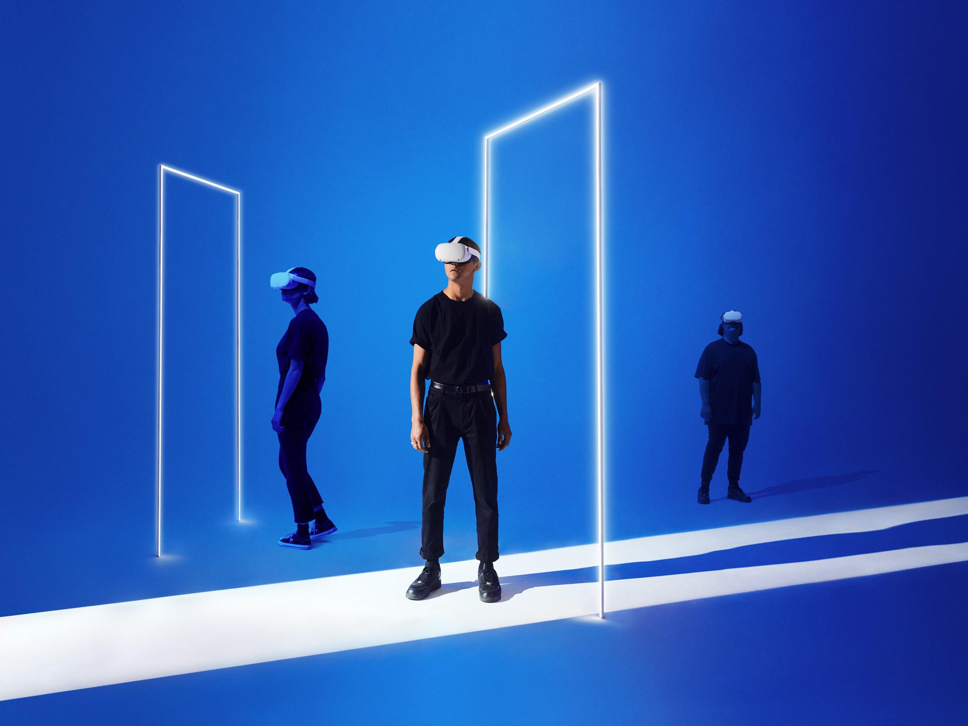 L'INFINI - THE INFINITE - Visiteurs avec des casques de réalité virtuelle